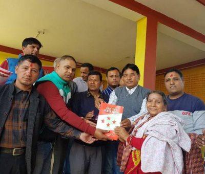 नेपाली कांग्रेसको 'अग्रज पुस्ता भाग १' पुस्तक हस्तान्तरण