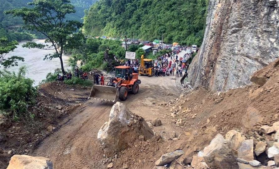 वर्षात्ले बिग्रिएका ग्रामीण सडक खुलाइँदै: स्थानीयवासीमा खुशीयाली