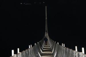 रातको समयमा झोलुङ्गे पुलको दृश्य