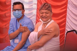 नेपालमा पहिलो पटक दुई चिकित्सकले लगाउनुभयो कोरोनाको खोप