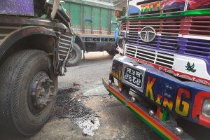 मोटरसाइकललाई बचाउन खोज्दा भरतपुरमा दुई ट्रक ठोक्किए, दुईजना घाइते