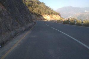 कान्ति राजमार्गमा वर्षेनी वर्षाका कारण सडक अवरुद्ध हुने भएकोले पाँच किमी तत्काल कालोपत्र नहुने