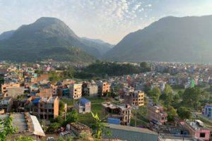 दमौली बजारबाट देखिएको काँहु शिवपुर डाँडा र बजारको दृश्य